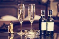 Champagne e chaves antigas em um apartamento do hotel de luxo imagem de stock