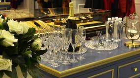 Champagne e copo de cristal na tabela Fotos de Stock Royalty Free