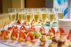 Champagne e fragole alla ricezione Fotografie Stock