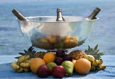 Champagne e fruta Fotografia de Stock