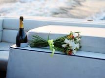 Champagne e mazzo sulla barca Fotografia Stock Libera da Diritti