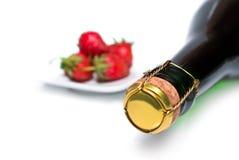 Champagne e morangos frescas o fundo Imagem de Stock Royalty Free