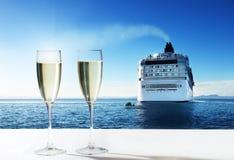 Champagne e nave da crociera Fotografia Stock