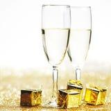 Champagne e presente Fotografia de Stock Royalty Free