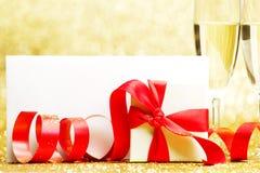 Champagne e presente Immagini Stock Libere da Diritti