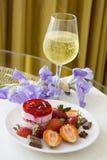 Champagne e sobremesa da morango Fotografia de Stock