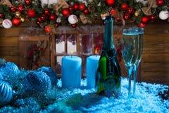 Champagne e velas na frente da cabine de madeira Foto de Stock