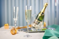 Champagne e vetri sulla tavola Immagini Stock