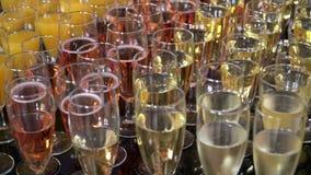 Champagne ed il succo sono sulla tavola stock footage