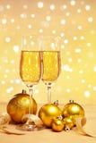 Champagne ed ornamenti dorati di natale Fotografie Stock Libere da Diritti