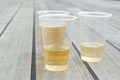 Champagne em uns copos plásticos Fotografia de Stock Royalty Free