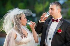 Champagne en een jong paar Royalty-vrije Stock Afbeeldingen