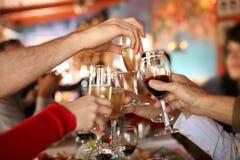 Champagne en verre de pain grillé Photos libres de droits