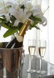 Champagne en witte lelie Stock Afbeelding