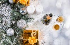 Champagne et cadeaux dans de Milou de Noël toujours la vie Photo libre de droits