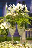 Champagne et fleurs Image stock