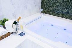 Champagne et station thermale de jacuzzi Image libre de droits