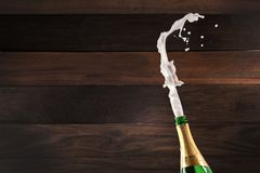 Champagne Explosion - Vieringsnieuwjaar stock foto's