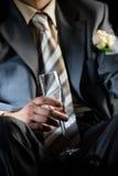Champagne für Bräutigam in der Limousine Stockfotos