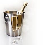 Champagne-fles in emmer met glazen champagne Stock Afbeeldingen