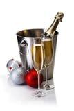 Champagne-fles in emmer met glazen champagne Royalty-vrije Stock Afbeeldingen