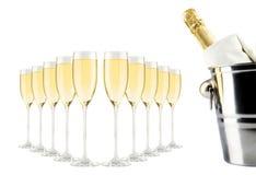 Champagne-fles in emmer met ijs en glazen champagne Stock Fotografie