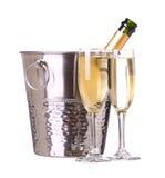 Champagne-fles in emmer met ijs en glazen champagne Stock Afbeeldingen