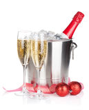 Champagne-fles in ijsemmer, twee glazen en Kerstmisdecor Stock Afbeelding