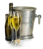 Champagne-fles met emmerijs en glazen champagne, op wit wordt geïsoleerd dat Royalty-vrije Stock Fotografie