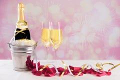 Champagne-fles met glazen tegen een kleurrijke vuurwerkachtergrond stock afbeelding