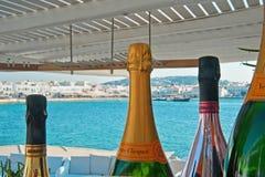 Champagne-flessen met Oude Haven in Mykonos Chora bij de achtergrond Royalty-vrije Stock Afbeeldingen