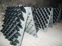 Champagne-flessen in Schramsberg-kelder tijdens het doorzeven worden opgeslagen die Royalty-vrije Stock Foto