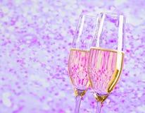 Champagne-fluiten met gouden bellen op lichte achtergrond van de onduidelijk beeld de violette tint stock afbeeldingen