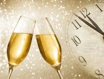Champagne-fluiten met gouden bellen op zilveren lichte bokehachtergrond Royalty-vrije Stock Afbeeldingen