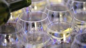 Champagne Fluiten met het Fonkelen Champagne over het Knipperen van Vakantiebokeh Achtergrond Videolengte in glazenmorserij stock footage