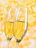 Champagne-fluiten op gouden lichte achtergrond, luxeconcept Royalty-vrije Stock Afbeelding