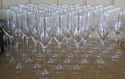 Champagne Flute Glasses som är förberedd för vinavsmakning Arkivfoto