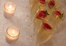 Champagne, fraises et bougies Images stock