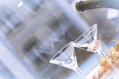 Champagne gaat in een glas worden gegoten stock afbeeldingen