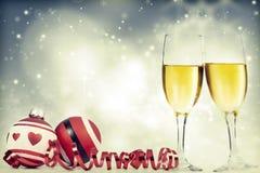 Champagne gegen Lichterkette-ANG-Weihnachtsdekorationen lizenzfreie stockfotos