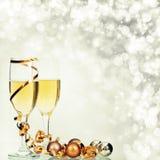 Champagne gegen Lichterkette-ANG-Weihnachtsdekorationen stockfotografie