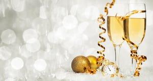 Champagne gegen Lichterkette-ANG-Weihnachtsdekorationen lizenzfreie stockfotografie