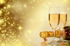 Champagne gegen Lichterkette-ANG-Weihnachtsdekorationen stockfoto