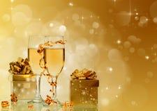 Champagne gegen Lichterkette-ANG-Weihnachtsdekorationen stockbild