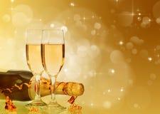 Champagne gegen Lichterkette-ANG-Weihnachtsdekorationen lizenzfreie stockbilder
