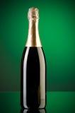 Champagne gegen Steigunghintergrund stockfotos