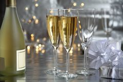 champagne gifts glasses Royaltyfri Fotografi