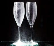 Champagne-Gläser auf schwarzem Spray Lizenzfreies Stockfoto