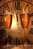 Champagne-Gläser betriebsbereit, in das neue Jahr zu holen Lizenzfreie Stockbilder