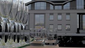Champagne-Gläser in einer Reihe stock footage